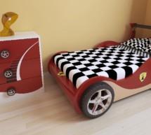 Auto do postele?
